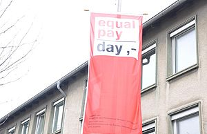 Flagge Equal Pay Day am Stadthaus